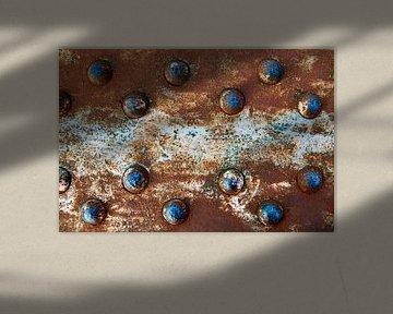 Blauwe klinknagels en rood verroest metaal
