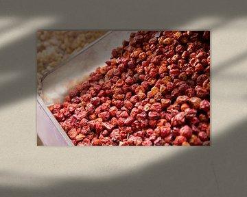 kräuter, rote beeren auf dem markt in dubai von Karijn | Fine art Natuur en Reis Fotografie