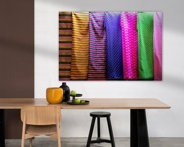 farbenfrohe stoffe auf dem markt in dubai von Karijn | Fine art Natuur en Reis Fotografie