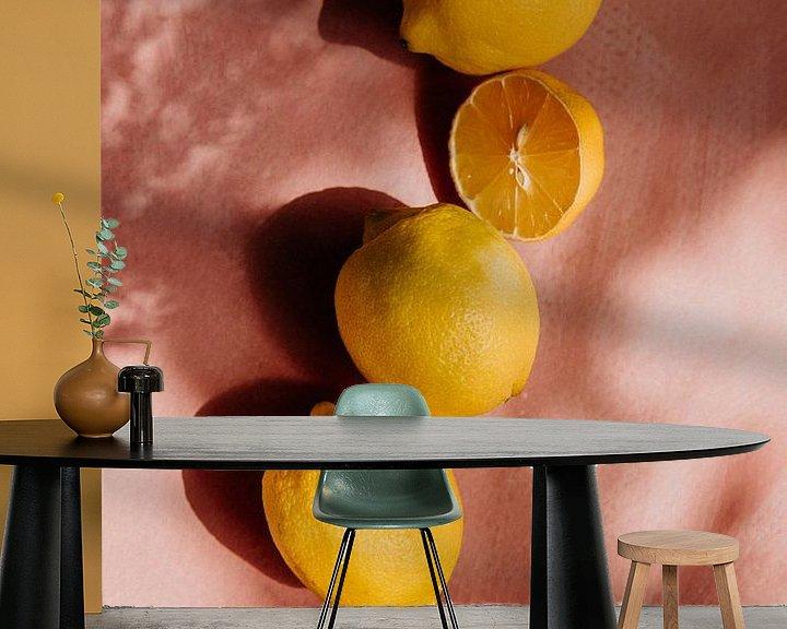 Beispiel fototapete: Sommerszene, gelbe Zitronen auf rosa Hintergrund von Yvette Baur