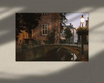 Brug en oude gebouwen in de Muurhuizen van Amersfoort van Michiel Dros