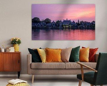 Panorama van typische Nederlandse huisjes in Zaandijk met roze lucht tijdens zonsondergang van Michiel Dros