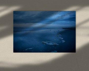 Eenzaam figuur op het strand bij Hoek van Holland van Studio Zwartlicht