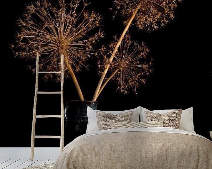 Sfeerimpressie behang: stil leven met gedroogde bloemen van uienbollen van Compuinfoto .