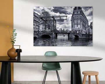 die weltberühmten Grachten von Amsterdam mit 1 der 1500 Brücken von Studio de Waay