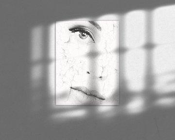 Schöne Frau auf weißem Hintergrund von Color Square