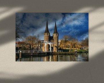 De Oostpoort in Delft in een schilderachtig decor van Gert van Santen