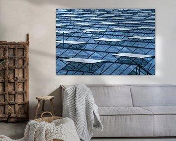 Oneindig glazen dek met ventilatieramen van een tuinbouwkas van Gert van Santen