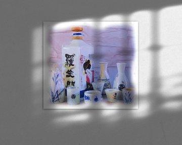 Stilleben japanische Sake-Flaschen und -Becher von Maurice Dawson