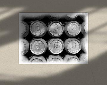 Stilleven drank blikjes van boven van Maurice Dawson