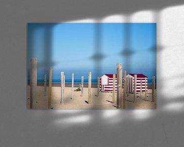 Twee rode strandhuisjes