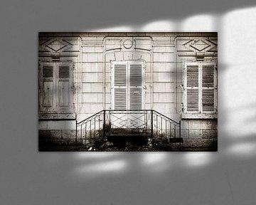 Abgelaufene Fassade mit Fenstern und Tür von jacky weckx