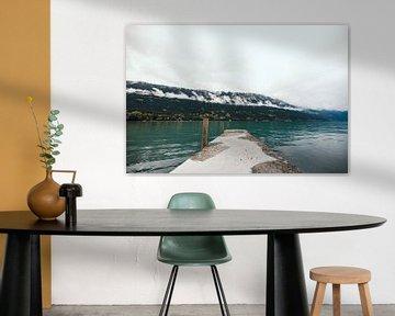 Pier naar het blauwe meer, Zwitserland | Landschap | Moody reisfotografie van Ilse Stronks | Lines and light inspired travel photography