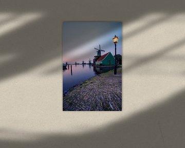 Windmolens, lantarenpaal en rondvaartboot bij Zaanse Schans