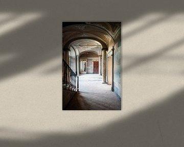 Saal in einer verlassenen Villa. von Roman Robroek