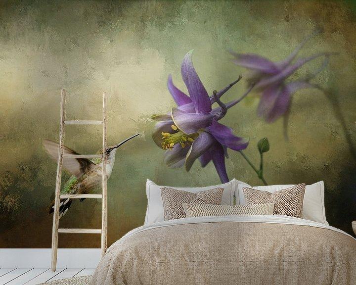 Beispiel fototapete: Kolibri mit violetter Blüte und grünem Hintergrund von Diana van Tankeren