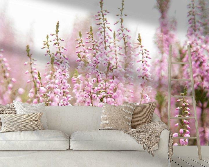 Sfeerimpressie behang: Bloeiende paarse heide bloemen van Karijn   Fine art Natuur en Reis Fotografie