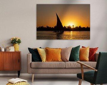 Bij zonsondergang varen in een felucca op de Nijl in Egypte