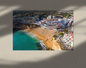 Photo aérienne de la ville de Carvoeiro en Algarve Portugal sur Nisangha Masselink