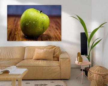 Pomme sur planche de bois sur Bernd Hartner