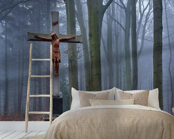 Sfeerimpressie behang: Kruis met Jezus in het mistige bos bij Kasteel Hillenraad van Epic Photography
