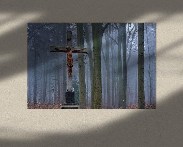 Sfeerimpressie: Kruis met Jezus in het mistige bos bij Kasteel Hillenraad van Epic Photography