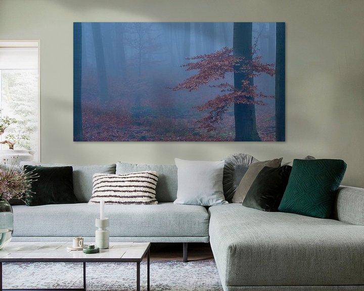 Sfeerimpressie: Mysterieus bos, gehuld in mist, Boom met rood/bruine bladeren. van Epic Photography