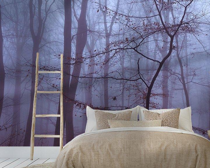 Sfeerimpressie behang: Minimalistische foto van een jonge boom in de mist van Epic Photography