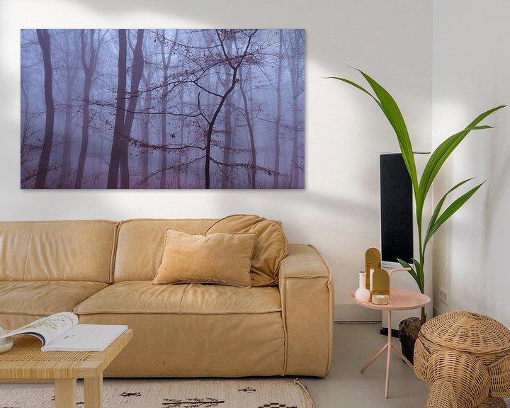 Sfeerimpressie: Minimalistische foto van een jonge boom in de mist van Epic Photography