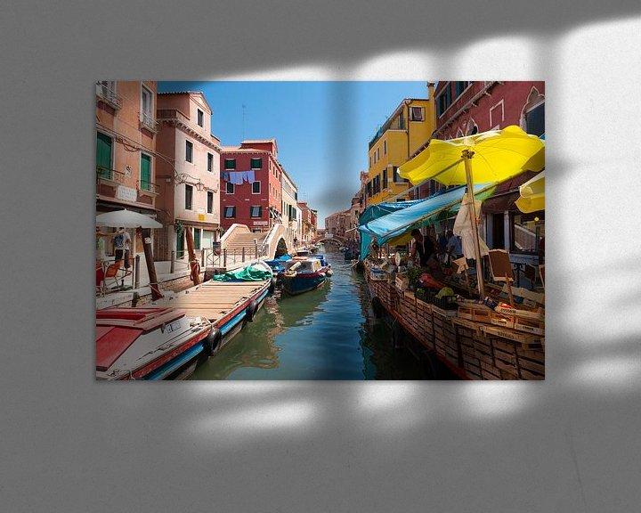 Sfeerimpressie: A Market in Venice van Brian Morgan