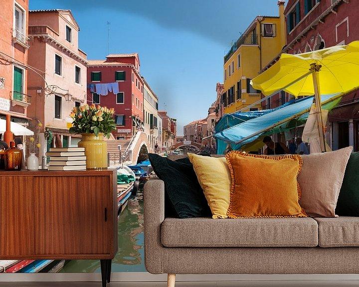 Sfeerimpressie behang: A Market in Venice van Brian Morgan