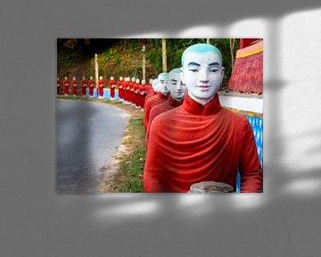 Myanmar - Hpa-An - Alle boeddha's in de rij van Rik Pijnenburg