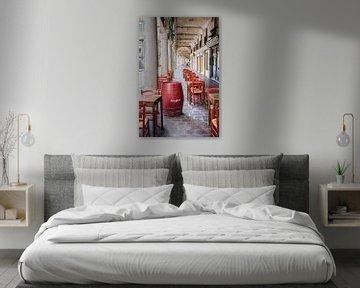 Straße in Mantua Italien mit Tischen von Jefra Creations