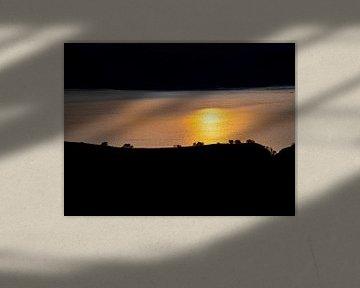 Een landschap silhouet van Padar eiland in Indonesië van Rik Pijnenburg