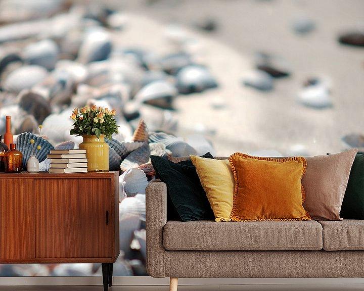 Sfeerimpressie behang: Schelpen op het strand van Wim van der Geest