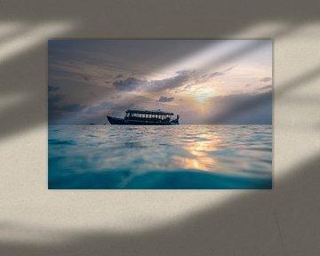 Nog steeds liggende boot in de avondzon van Christian Klös