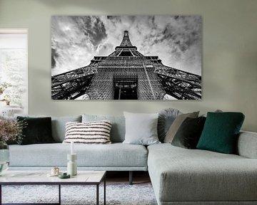 De Eiffeltoren in Parijs in zwart wit gefotografeerd met felle wolken! van Jan Hermsen