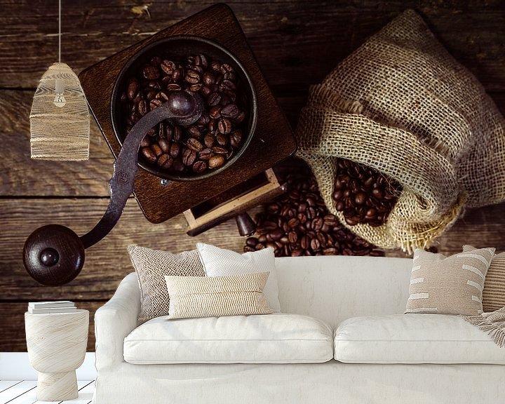 Sfeerimpressie behang: Koffiemolen met bonen van Oliver Henze