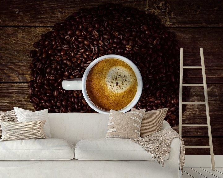 Sfeerimpressie behang: Kopje koffie met koffiekrans van Oliver Henze