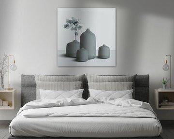 Stilleben von Keramik, Vasen und Töpfen mit Zweig, stilvolle Komposition in grau-blau von Color Square