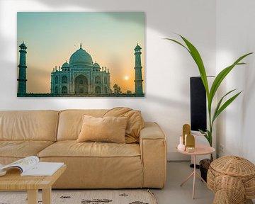 Lever de soleil avec une lueur verte sur le temple du Taj Mahal à Agra en Inde. sur Twan Bankers