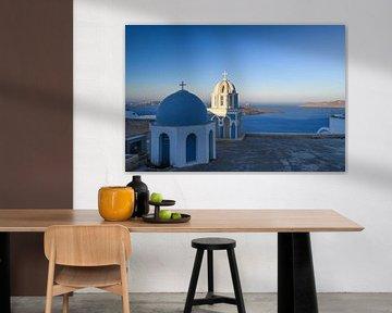 Blauwe koepels, blauwe zee, Santorini van Robert Styppa