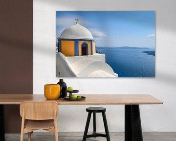 Oranje-blauwe koepel in Santorini van Robert Styppa