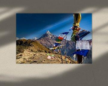 Foto van de Fishtail bergtop van de Mardi Himal trekking in Nepal, met kleurige wensvlaggetjes in de van Twan Bankers
