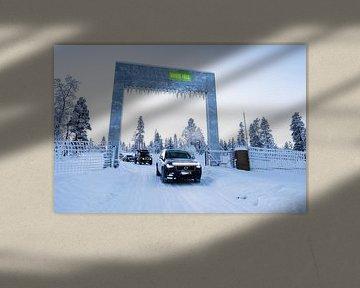 Toegangspoort van het White Hell Racecircuit // Saariselkä, Finland van PHOTORIK