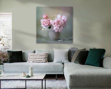 Bloemen Stilleven Schilderij Met Roze Pioenrozen In Een Grijze Vaas van Diana van Tankeren