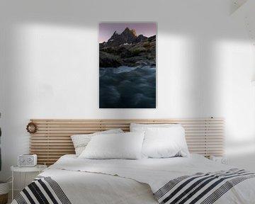 Alpenglow op de mooie bergkammen van het Pevouxmassief in de Franse Alpen.