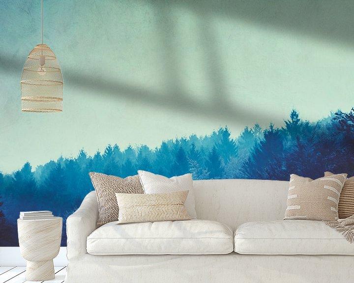 Sfeerimpressie behang: Blauw bos in ochtendmist van Dirk Wüstenhagen