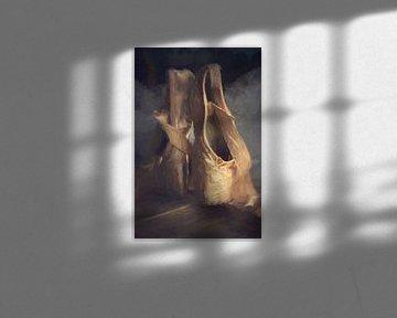 Altes Ballettschuhgemälde, Stilleben mit braunen und altrosafarbenen Farben von Diana van Tankeren