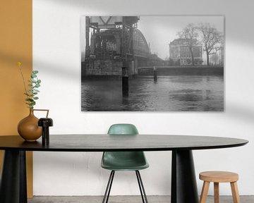 'De Hef' (Königinnenbrücke) in Rotterdam im Nebel (schwarz-weiß) von Michel Geluk